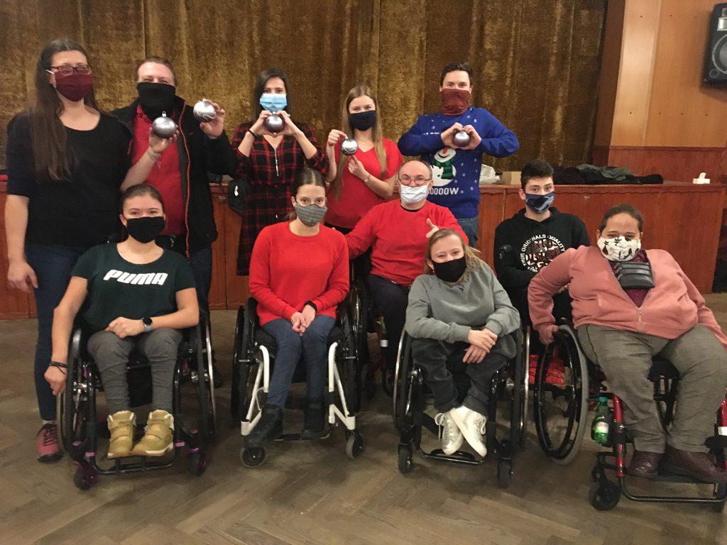 zdjęcie grupy tancerzy oraz pracowników fundacji